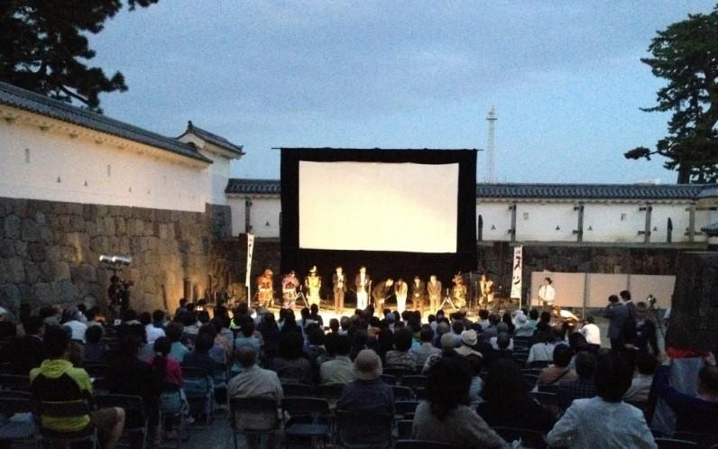 小田原城銅門の野外上映会のオープニング