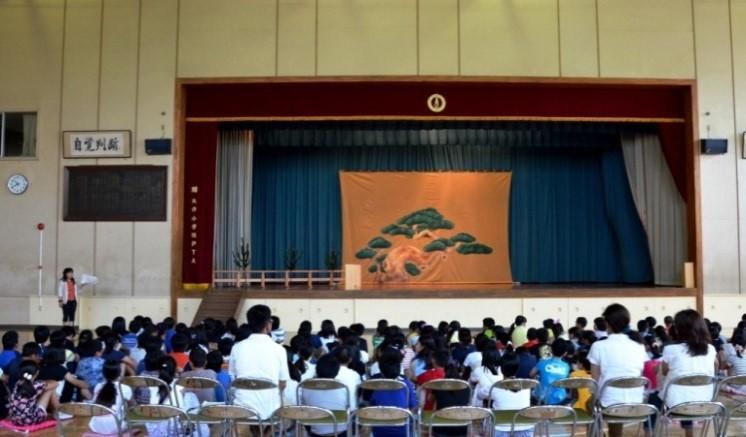 会場の全景。児童の後は父母席
