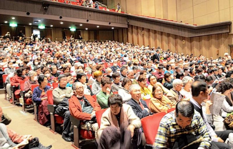 満席の市民会館大ホール