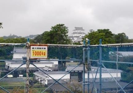 2階搬入台から見る小田原城と馬出門(写真3)