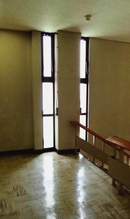 (写真6)3階のスリット窓
