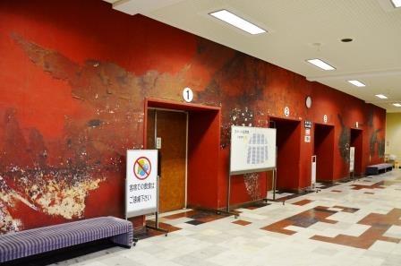 (写真8)大ホール1階の赤い壁画