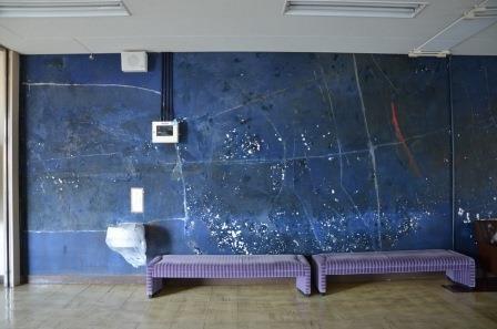 (写真10)大ホール2階の青い壁画