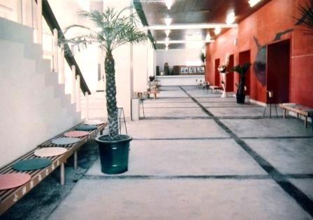 (写11)大ホール開館当時の明るい1階ホワイエ