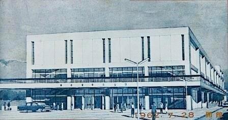 (写18)大ホール外観のパース(正面玄関前は広場)