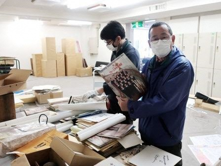 写真4:市民会館本館の保管資料の調査