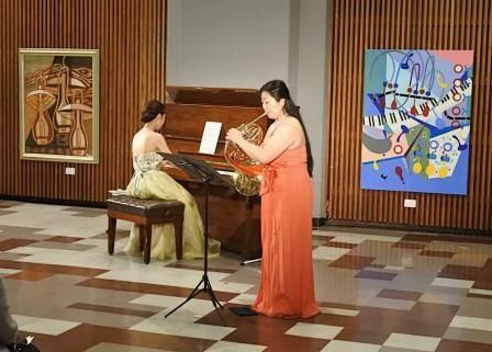 写真2:絵画に囲まれてコンサート