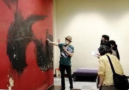 写真6:大ホール壁画の説明会