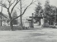 看板の掲げられた旧庁舎正門