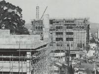 建設中の市民会館本館と地方裁…