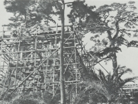 建築中の常盤木門