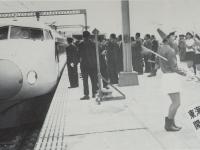 小田原駅に入る新幹線1号車と迎…