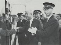 新幹線1号線の運転士と握手する…