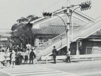 酒匂小学校前の横断歩道橋の渡…