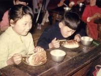 給食を食べる児童
