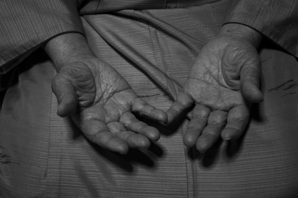 94年間、三味線を弾き続けてきたその手は、今も柔らかくふくよかである。