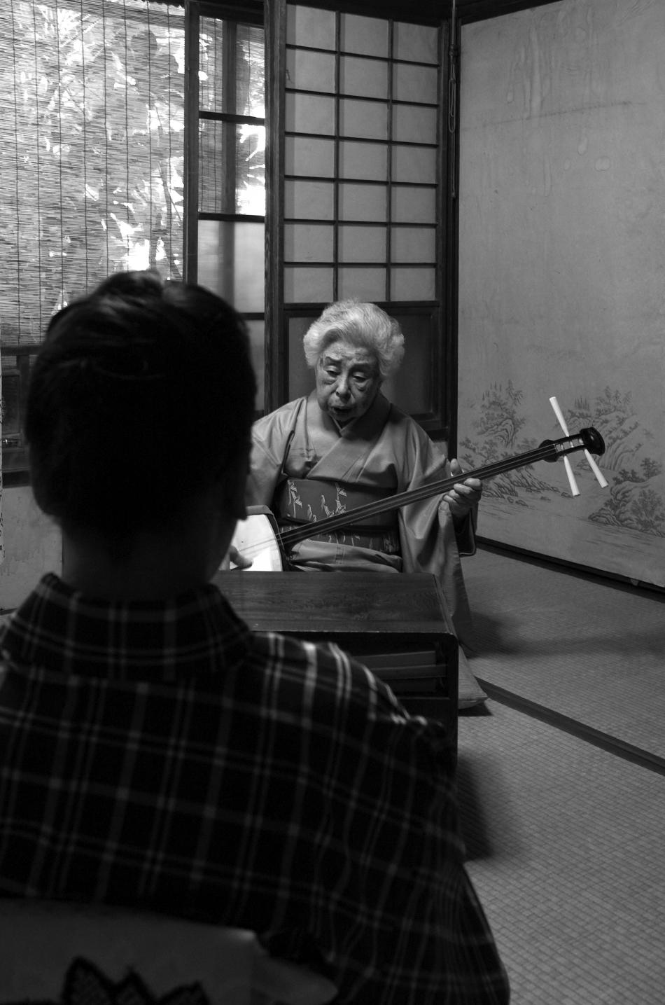 響泉さんと孫の和久さんの稽古の様子