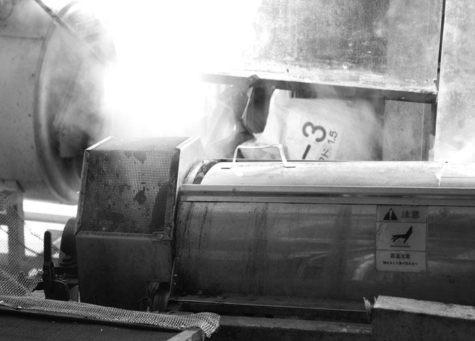 摘み取られた生葉は蒸すことで発酵を止める。