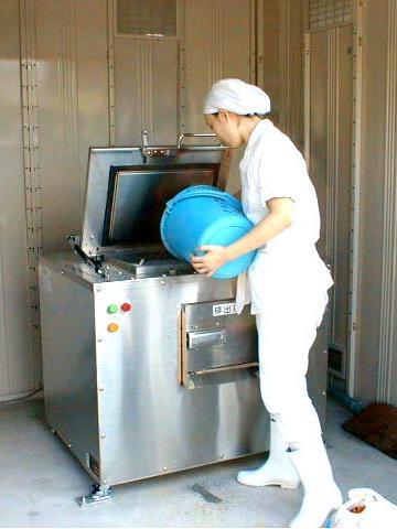 生ゴミ処理機に生ゴミを投入。