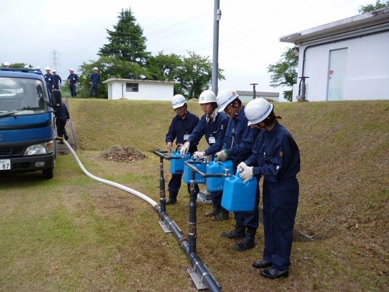 給水車からポリタンクへの給水
