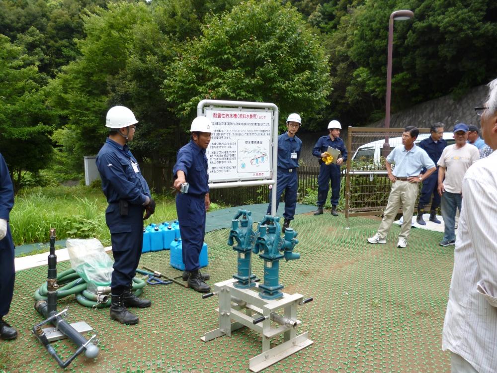 防災対策課から耐震性貯水槽の仕組みについて説明