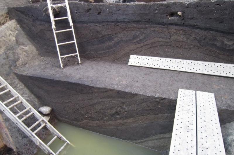 写真7 小田原城三の丸元蔵堀第II地点2号堀土層堆積状況(東から)