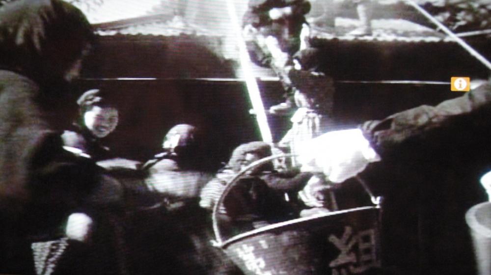 記録映像よりバケツリレーによる消火訓練の様子(小田原市図書館蔵)