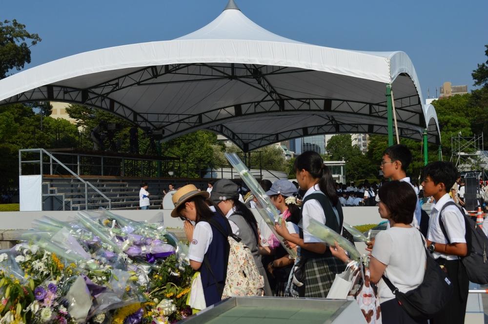 広島平和記念公園内見学(献花)