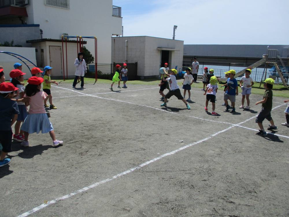 前羽小学校1年生との交流でドッジボールをする園児たち
