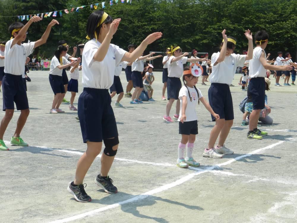 橘中学校運動会に参加する園児たち