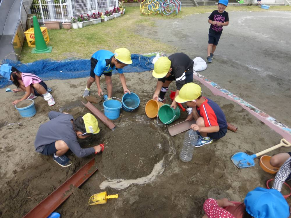 砂遊びをする園児たち