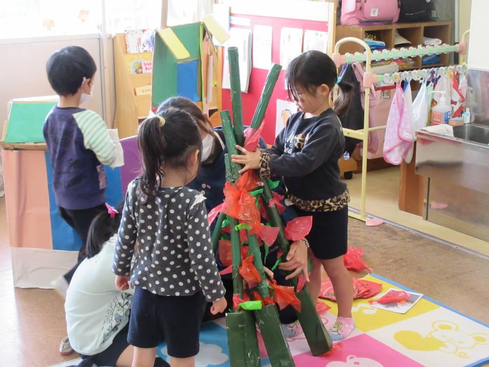 自分たちで考え力を合わせて作る園児たち