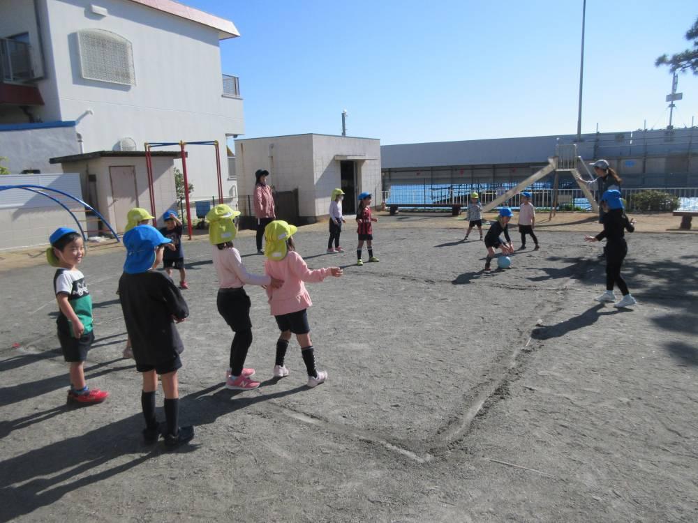 ボールで遊ぶ園児たち