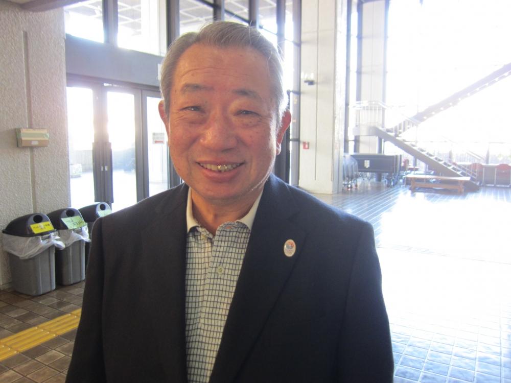 笑顔で語る公民館長の村山輝夫さん