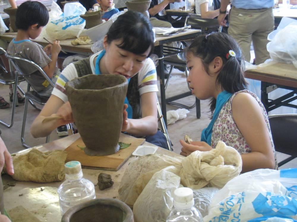 昨年度の土器製作体験教室の様子