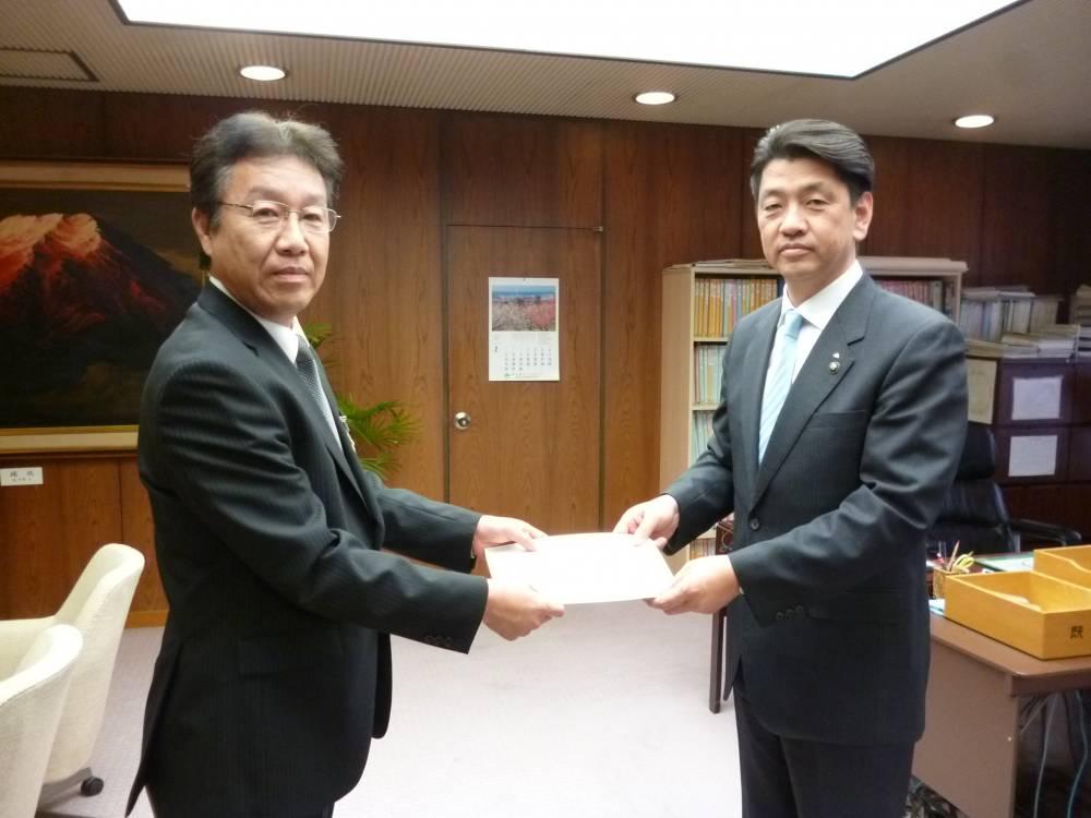 委員長から市長へ諮問書が手渡されました。