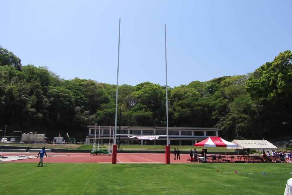 競技場の芝生に立つラグビー用17mゴール