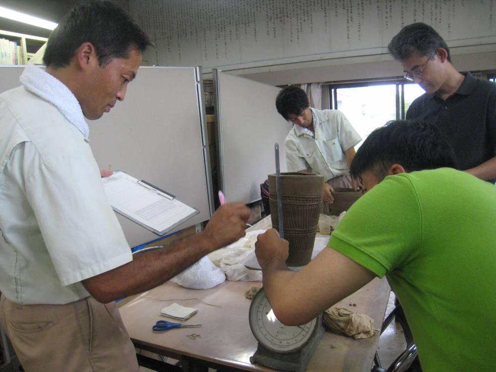 土器の収縮率を知るため、焼く前の土器を計測します。