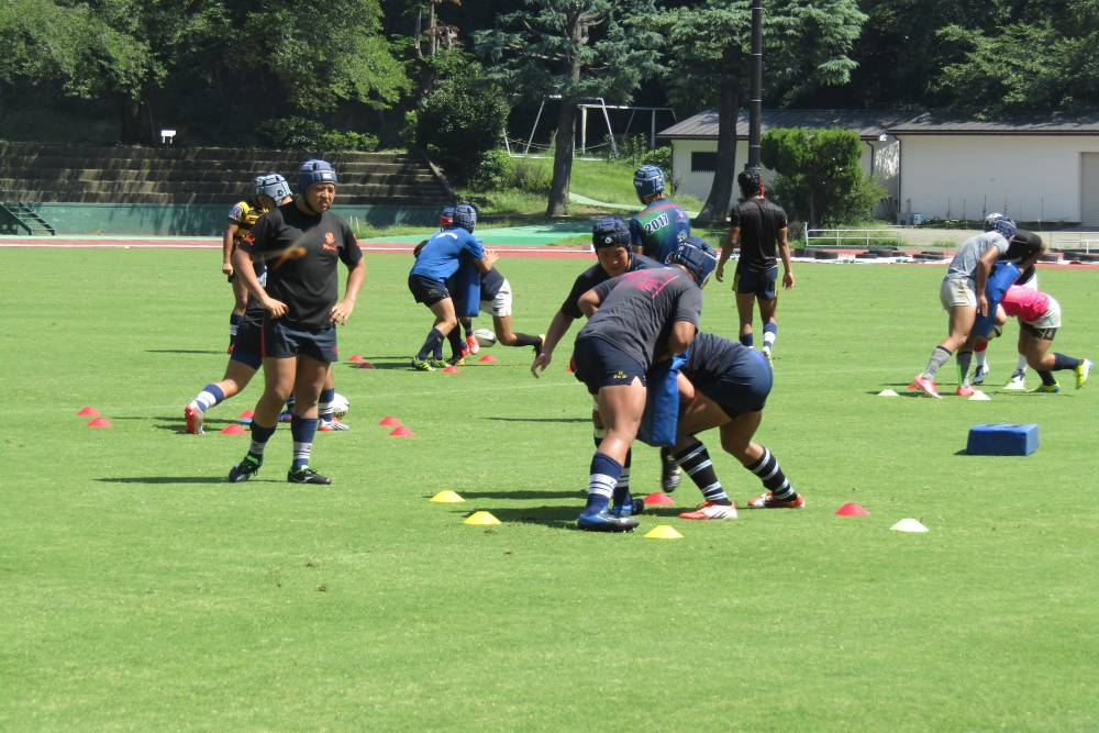 ラグビーの練習をする高校生たち