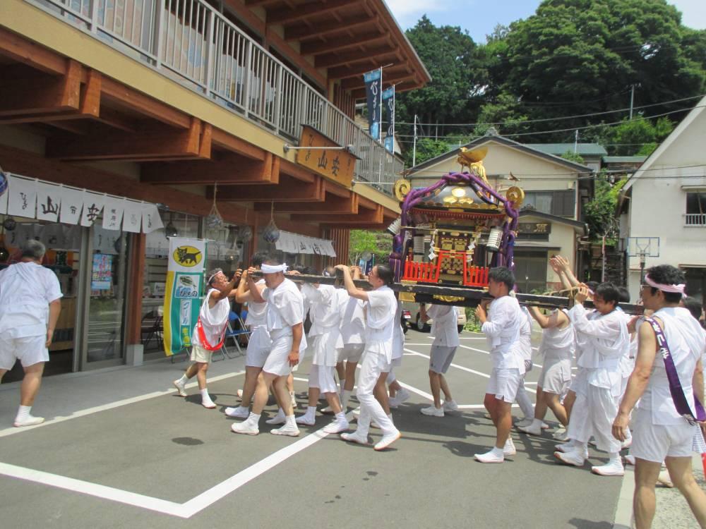 寺山神社神輿渡御