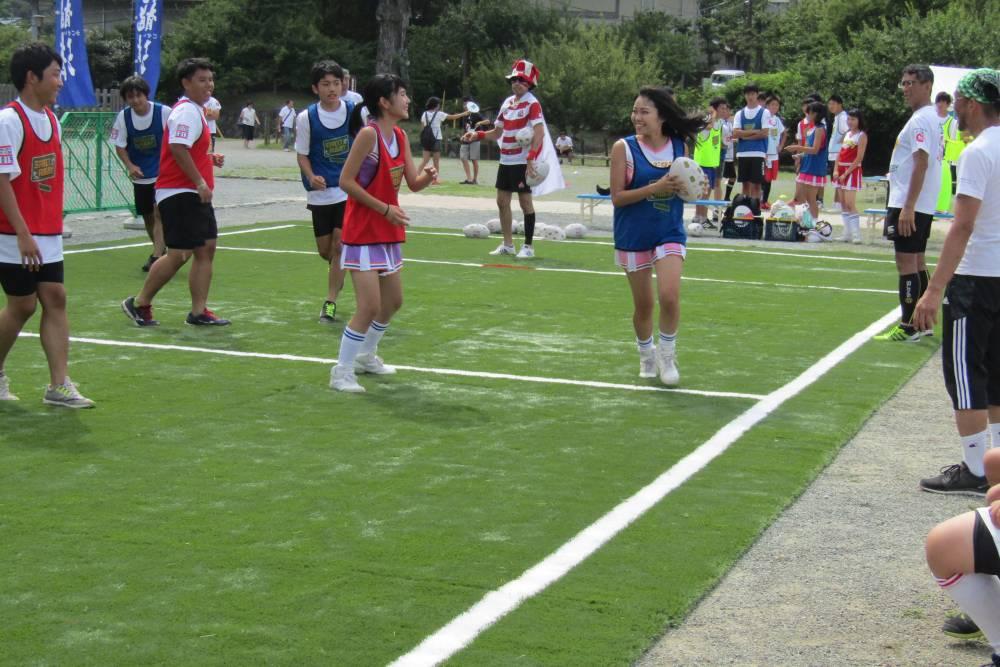 ボールをもって走る女性と守る人たち