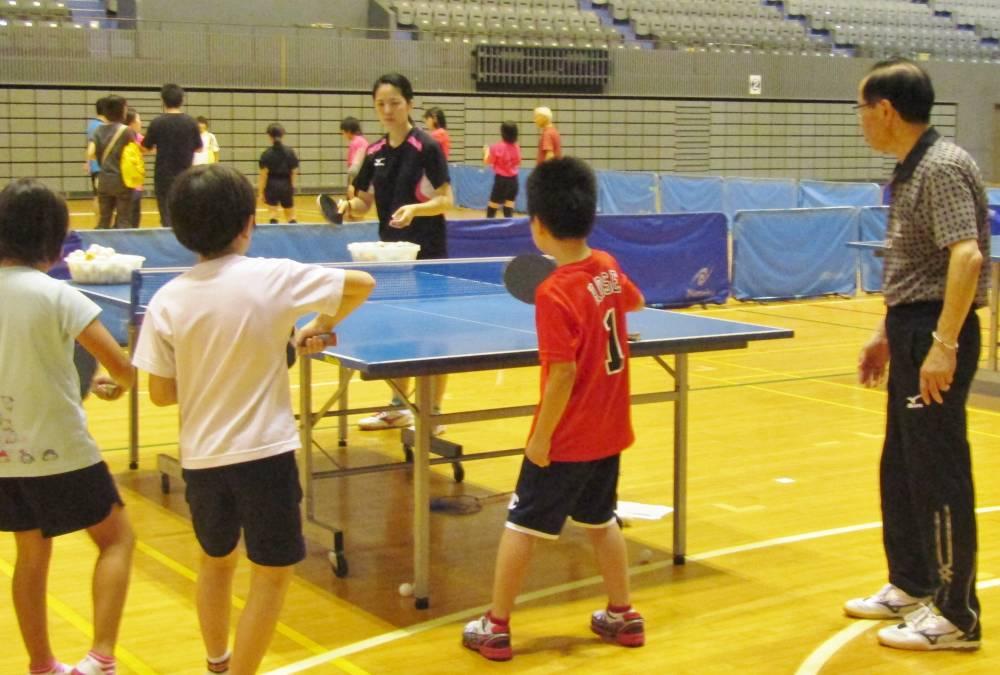 卓球をする子供たち