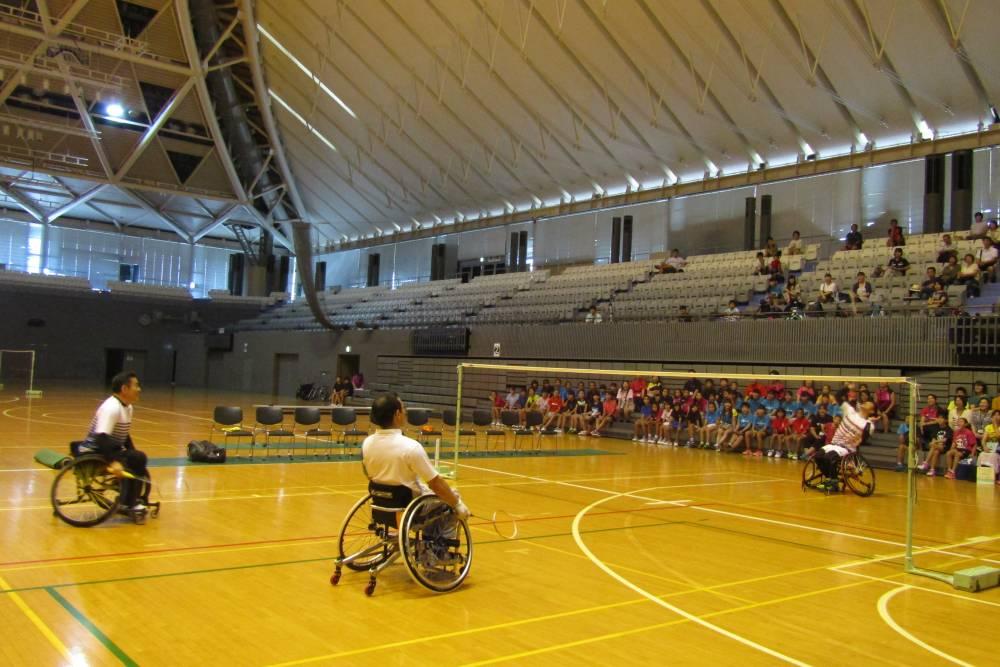 車椅子バドミントンのプレー紹介