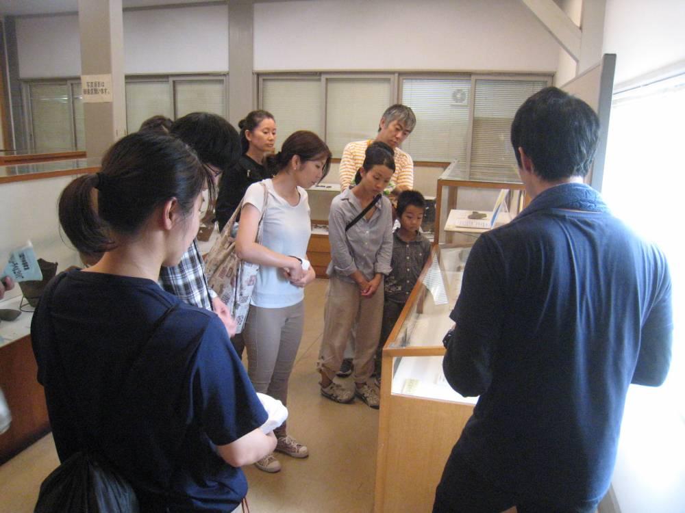 焼成前に郷土文化館の考古室を解説