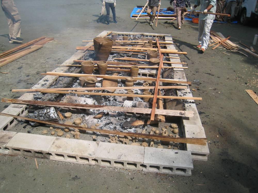 土器を火の中に並べます