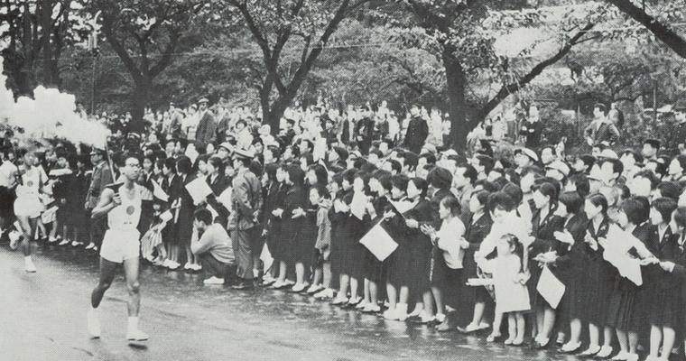 聖火をもって走るランナー。1964年東京五輪のとき