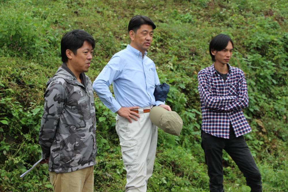 農地を眺める市長とメンバー