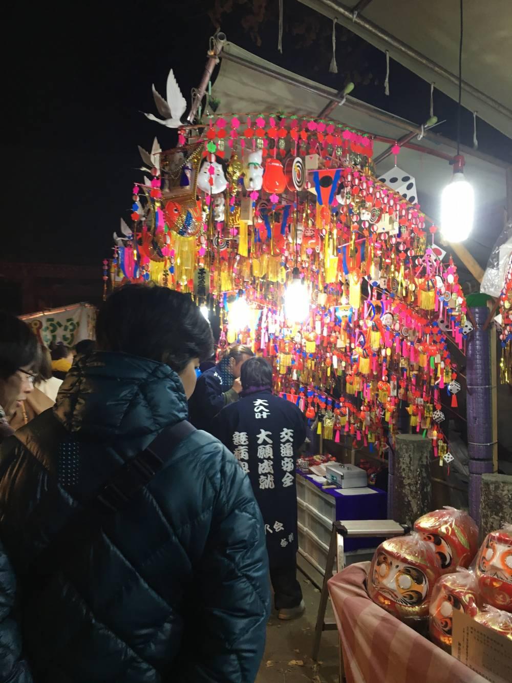 正月飾りを売る出店(17日夜)
