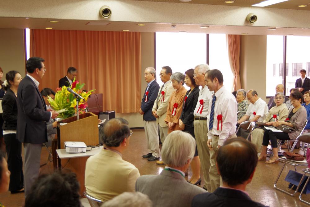 表彰式で6人の受賞者が並んでいるようす