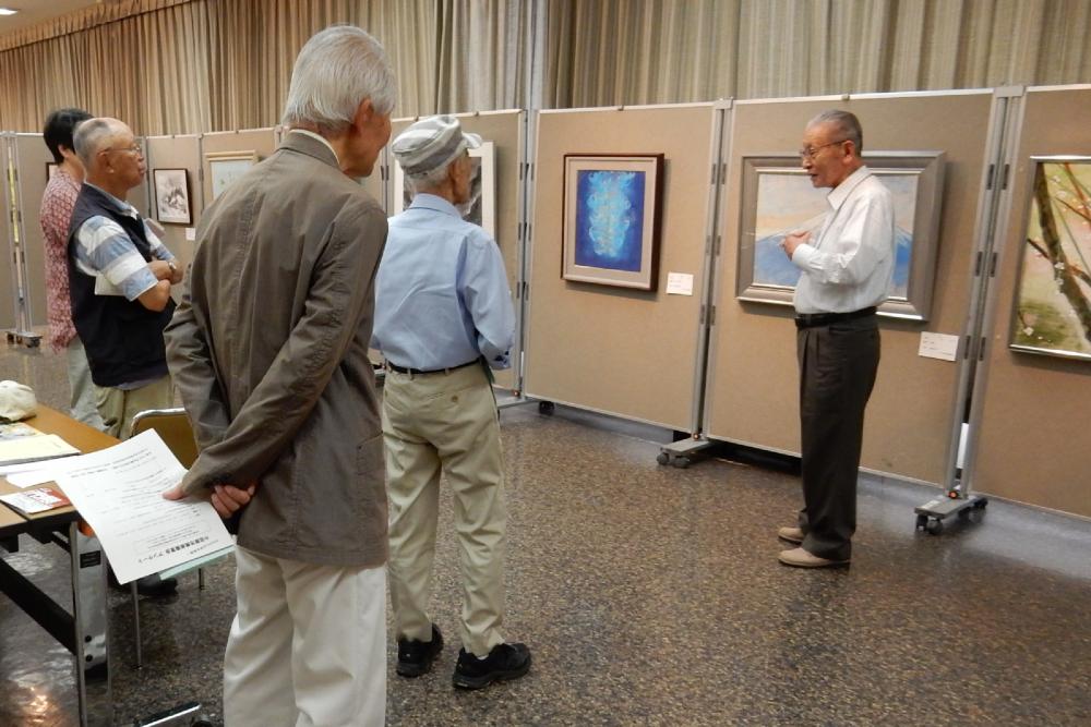 日本画の先生が作品についてのギャラリートークを行っている風景